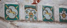 Поливные изразцы на стенах ц. святого Леонтия