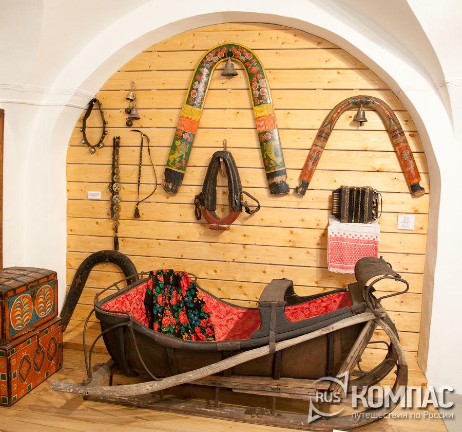Сани и расписные дуги. фотография. альбом: музей этнографии .