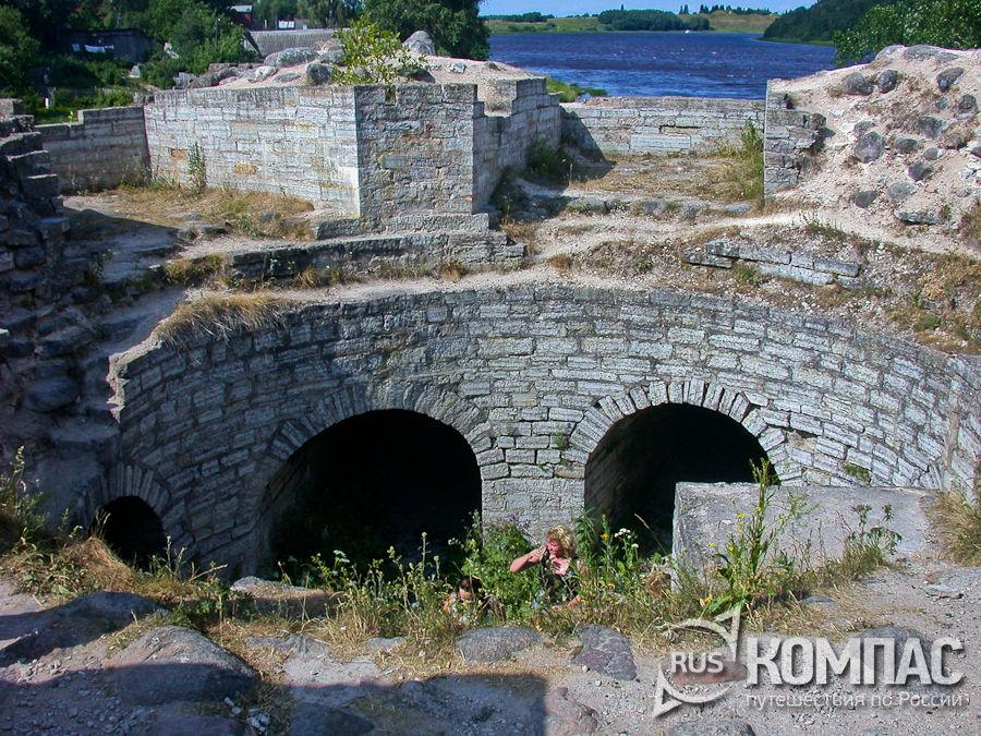 Развалины Раскатной башни с бойницами
