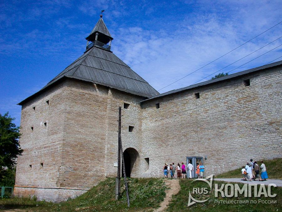 Воротная башня и часть стены Староладожской крепости