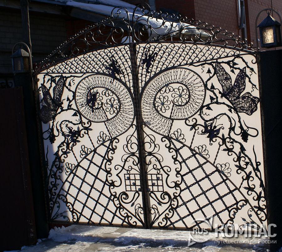 Кованные вороты гостиницы