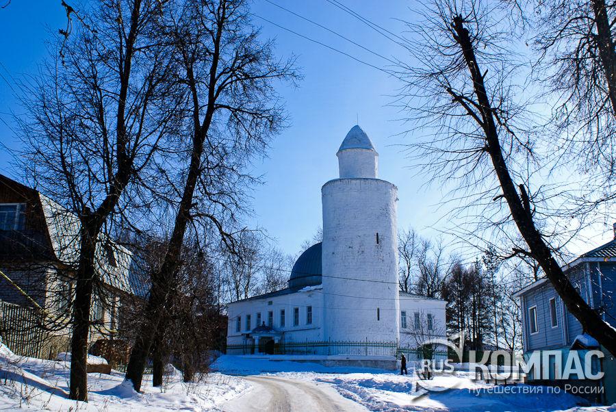 Старая мечеть и минарет