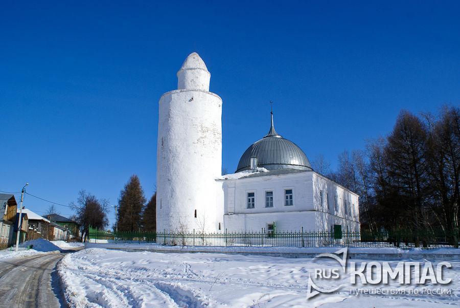 Старая мечеть с минаретом