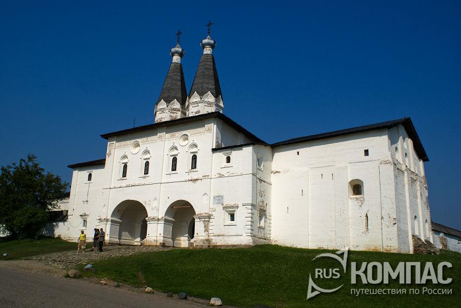 Святые ворота с Богоявленской и Ферапонтовской надвратными церквами