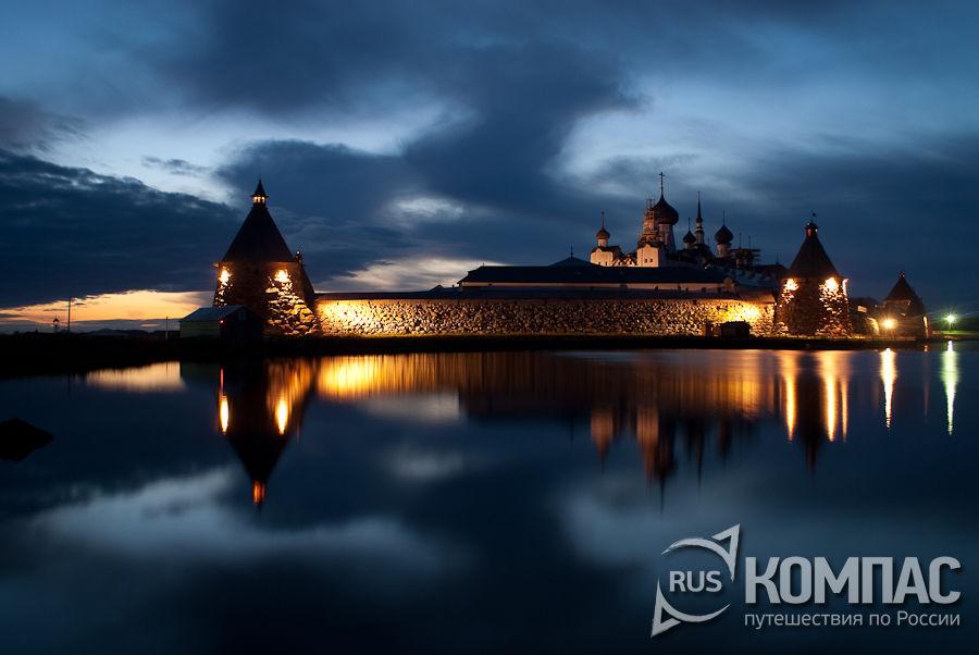 Монастырь со стороны Святого озера (ночь)