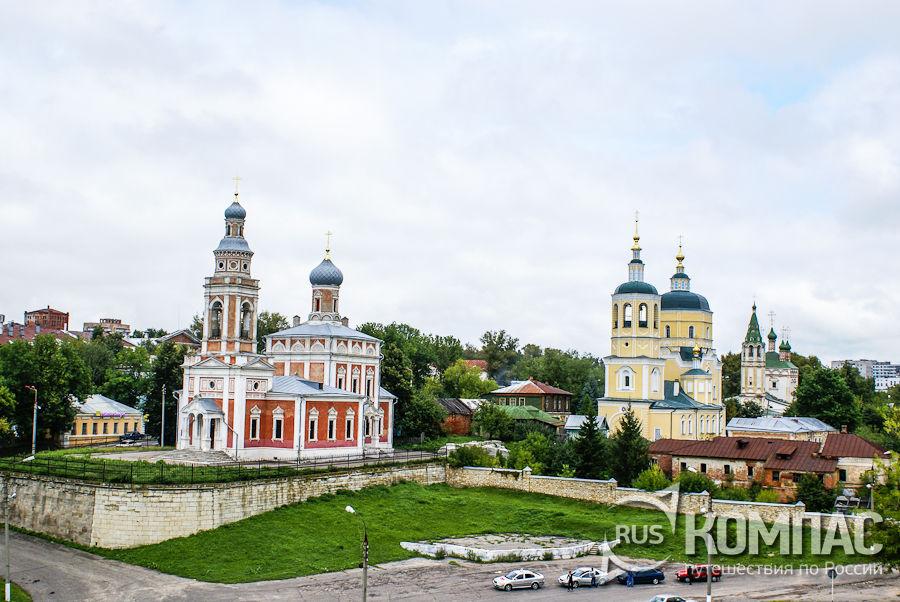 Церковь Успения Пресвятой Богородицы (слева), Ильинская церковь (центр) и Троицкая церковь (справа)