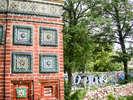 Изразцы трапезной Тихвинской церкви и граффити на соседнем заборе