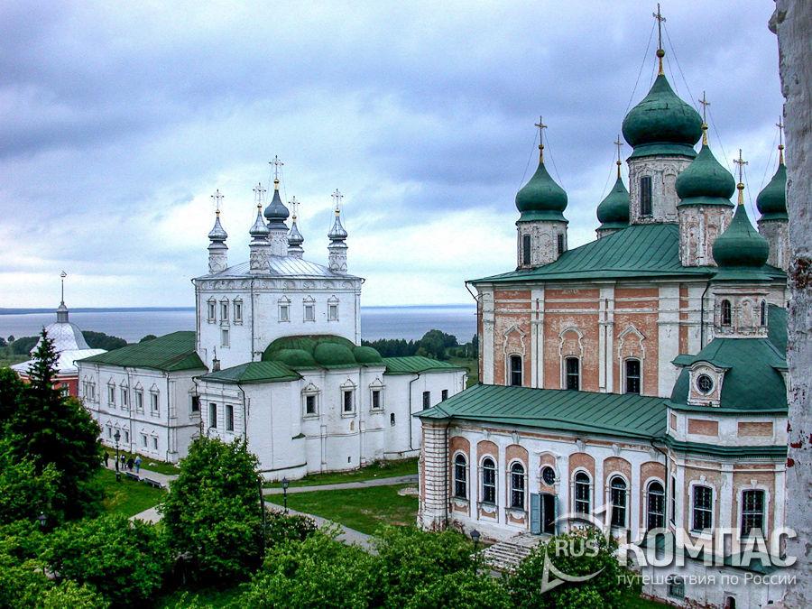 Всехсвятская церковь (слева) и Успенский собор (справа) Горицкого монастыря