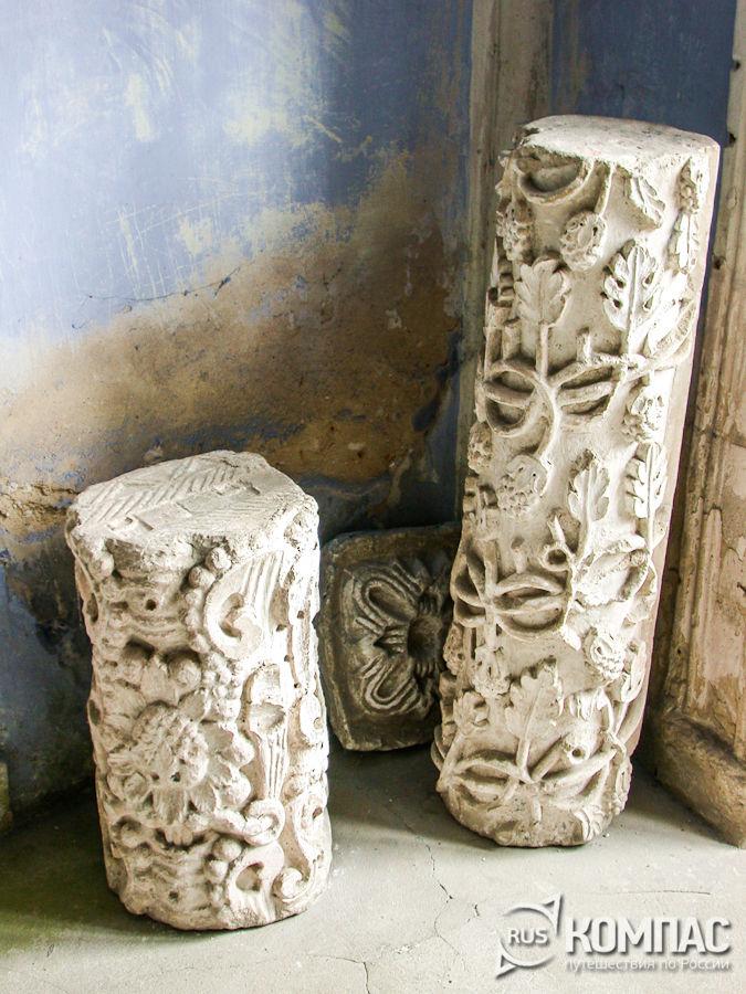 Резные каменные колонны