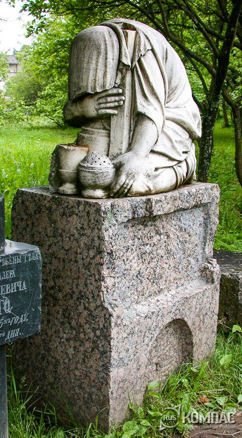 Надгробный памятник на территории Горицкого монастыря