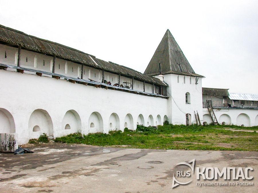 Двор и башня ограды Никитского монастыря