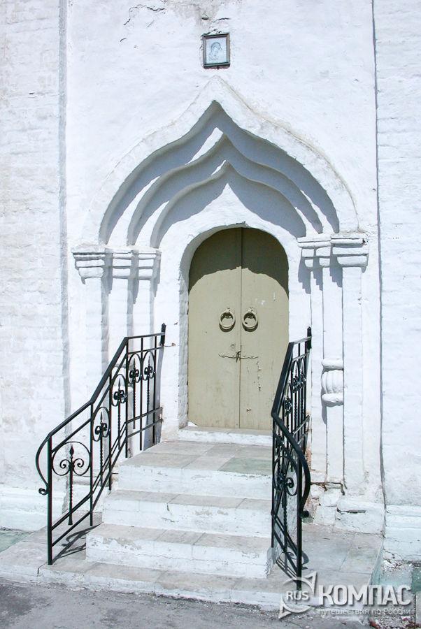 Двери Успенской церкви Брусенского монастыря