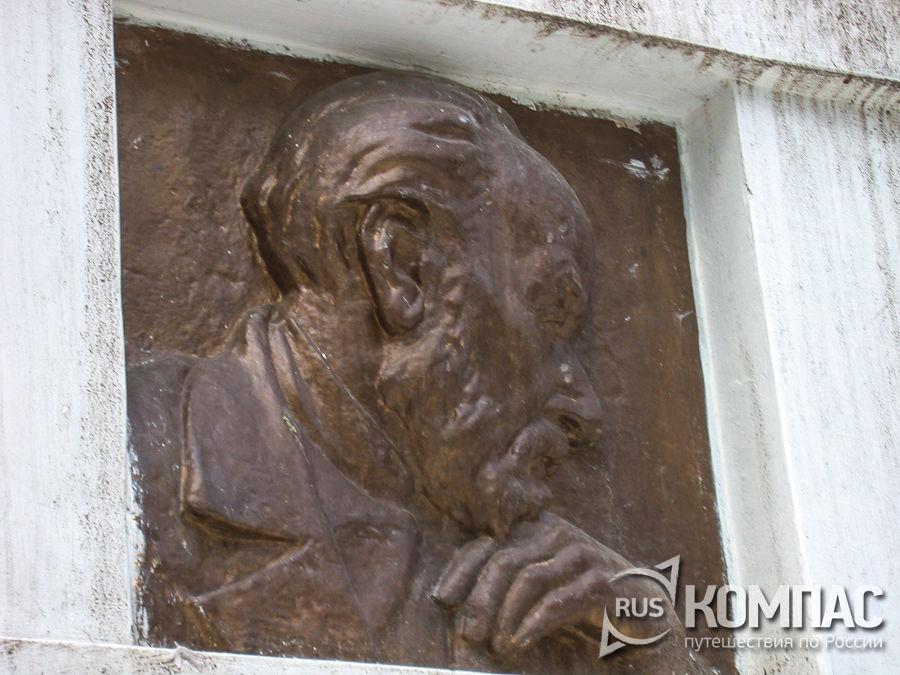 Барельефы на обелиске К. Э. Циолковского