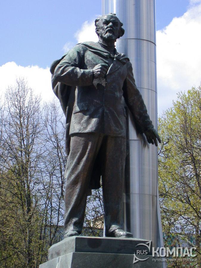 Памятник Циолковскому на площади Мира