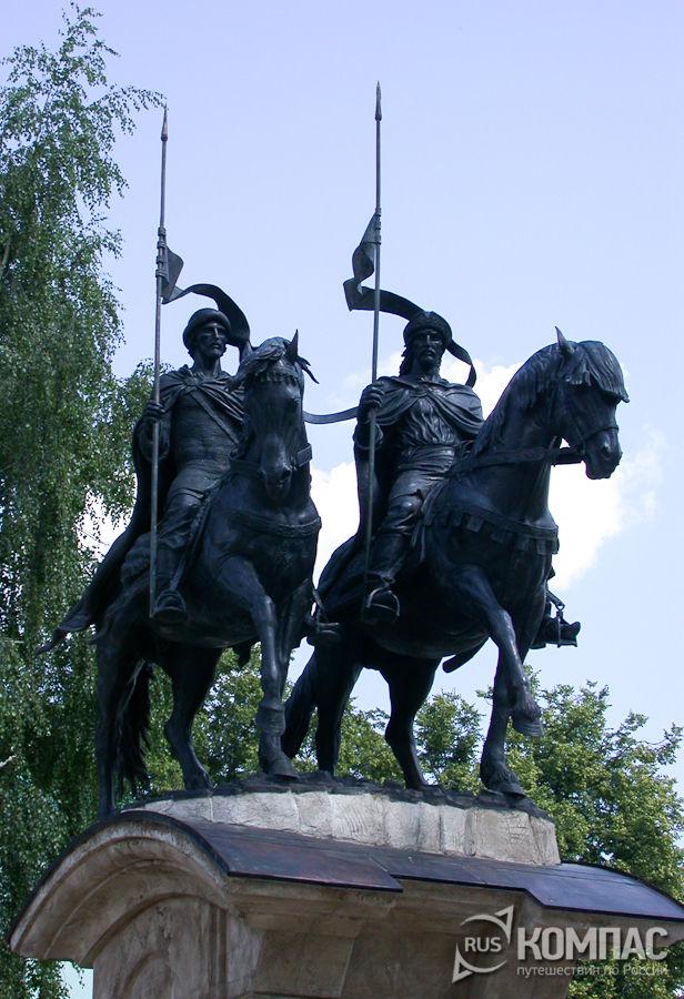Памятник Борису и Глебу у ограды Борисоглебского монастыря