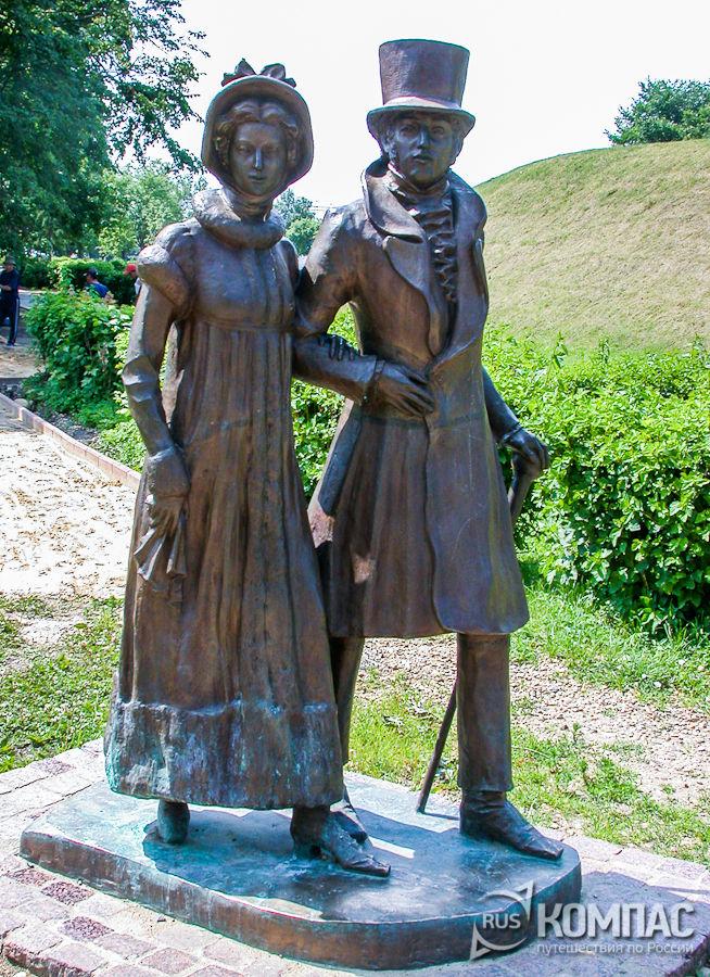 Скульптуры прогуливающихся горожан