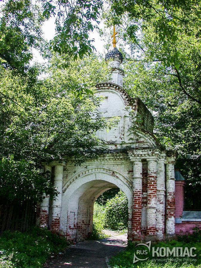 Ворота, ведущие к Троицкой церкви