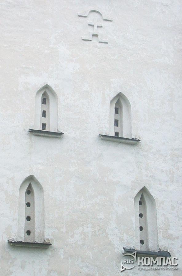 Стрельчатые окна с бровками на фасаде церкви