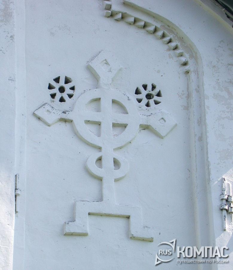 Крест на фасаде церкви Спаса Преображения на Ильине улице