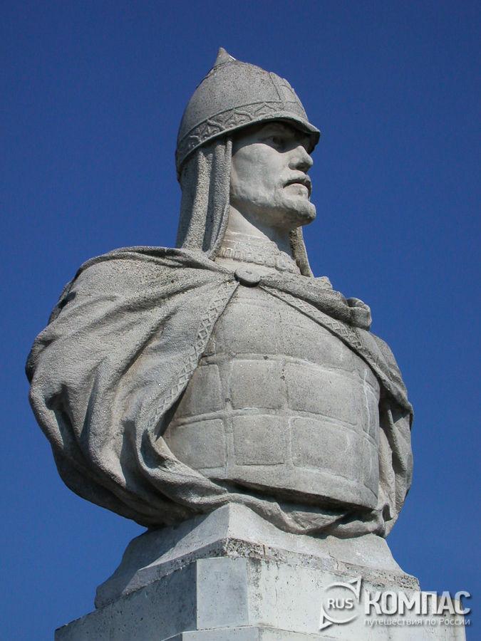 Памятник Александру Невскому около вокзала