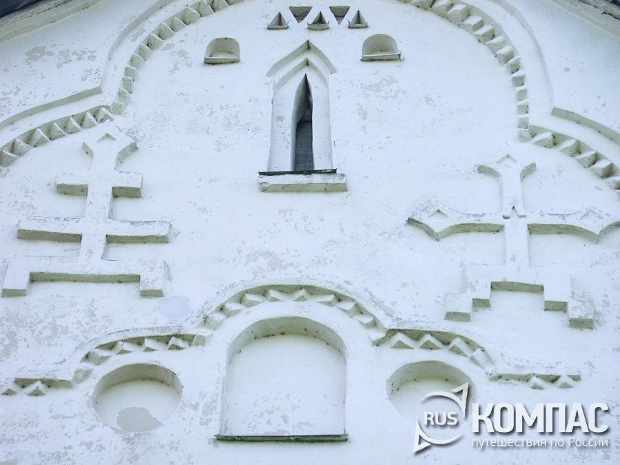 Декор западного фасада церкви Спаса Преображения на Ильине улице