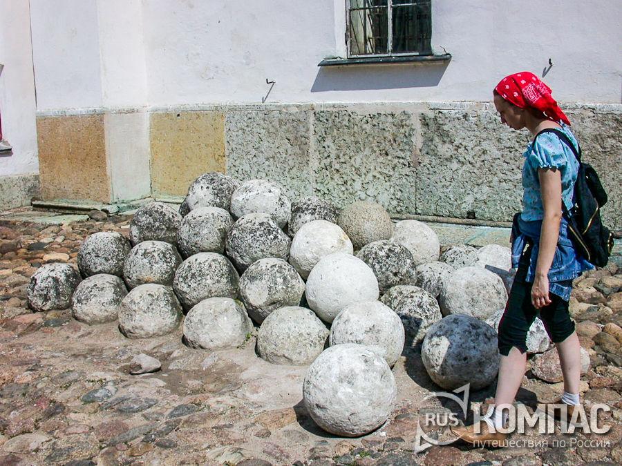 Каменные ядра у стен Софийского собора