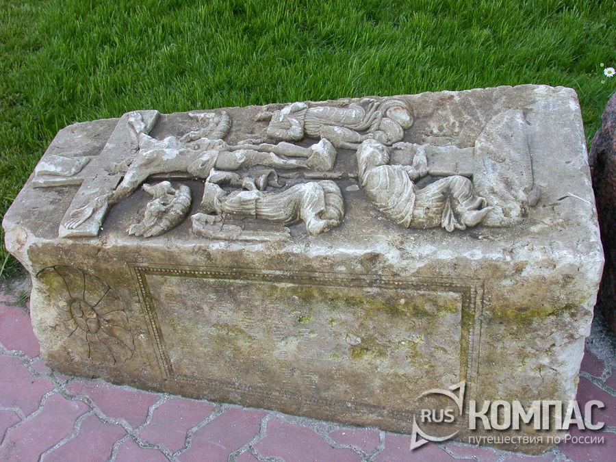 Надгробный камень на территории Печерского Вознесенского монастыря