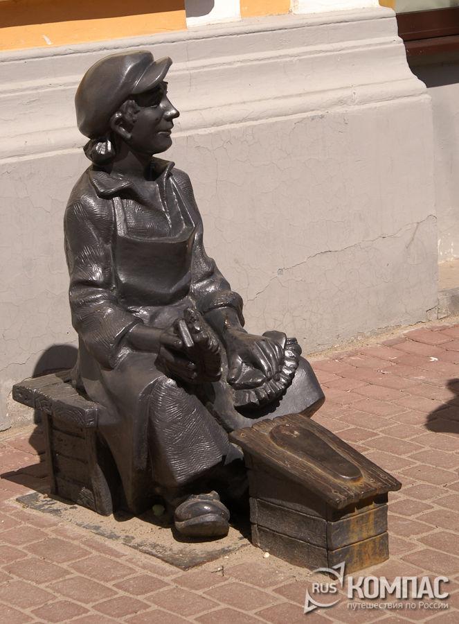 Скульптура чистильщика обуви на Покровке