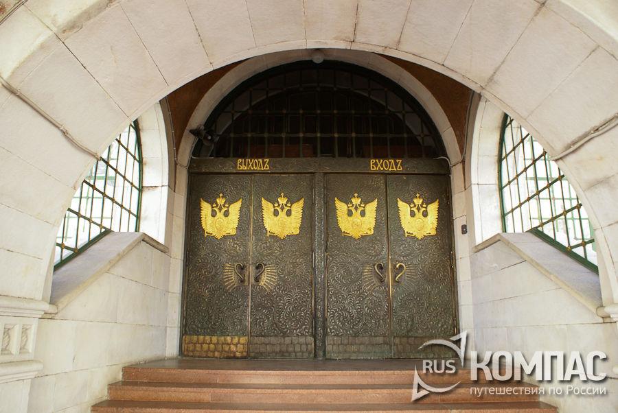 Центральный вход в здание Государственного банка