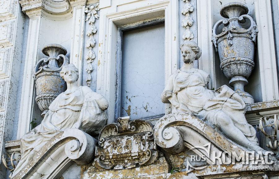 Скульптуры на фасаде усадьбы Рукавишниковых