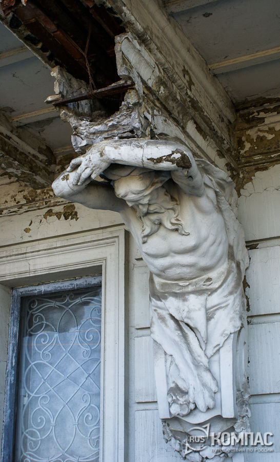 Атланты, подпирающие балкон усадьбы Рукавишниковых