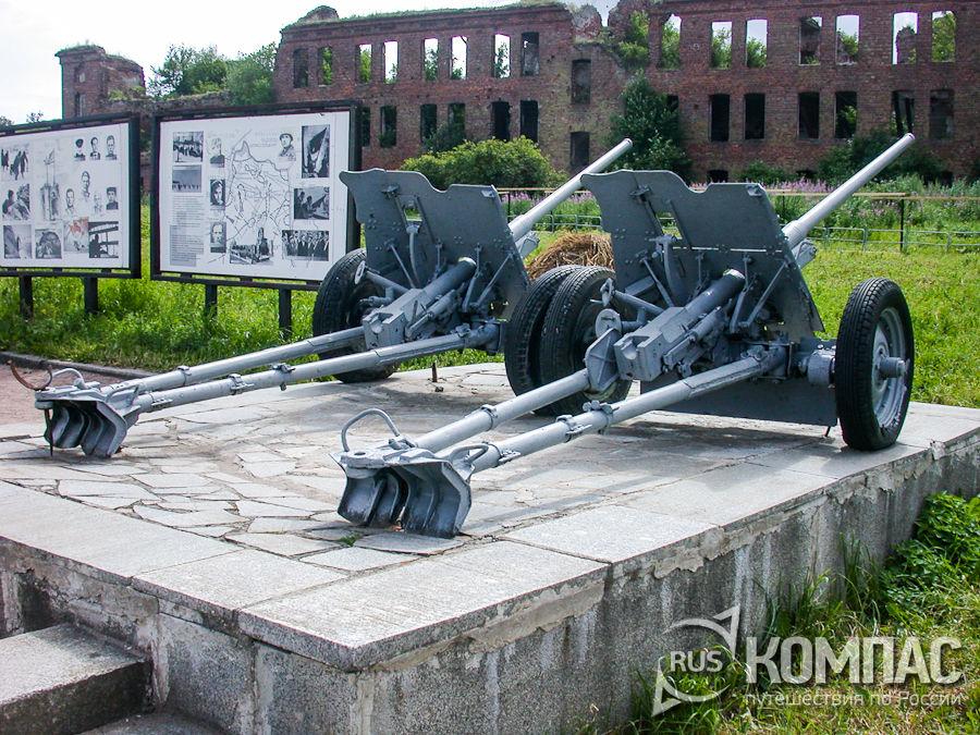 45-мм орудия на мемориальной площадке перед собором