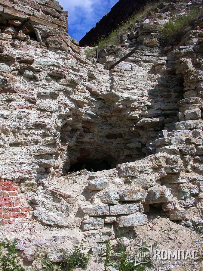Разрушенная стена крепости