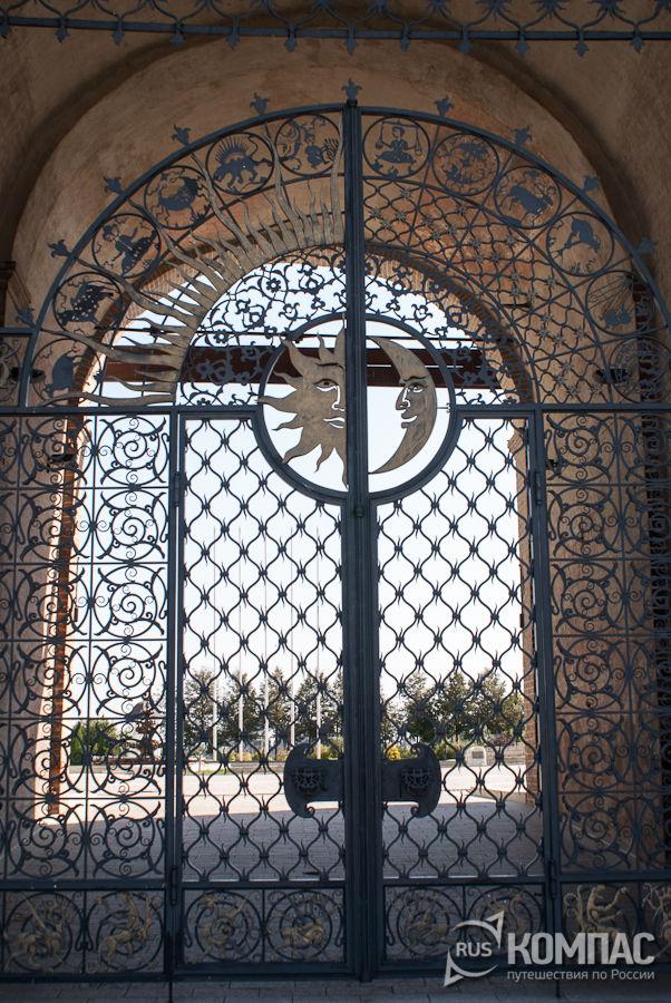 Кованная ажурная дверь