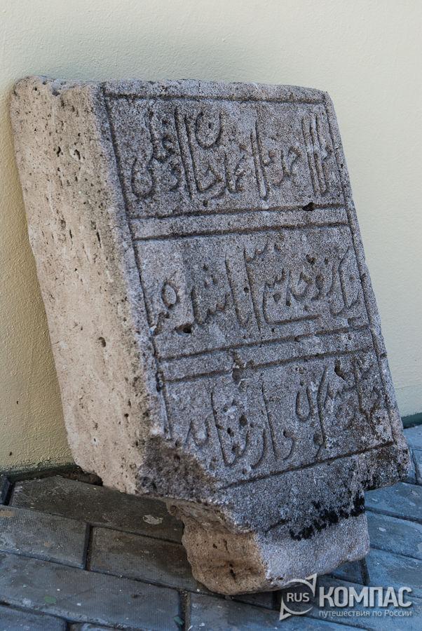 Камни у фундамента ханского мавзолея рядом с башней Сююмбике