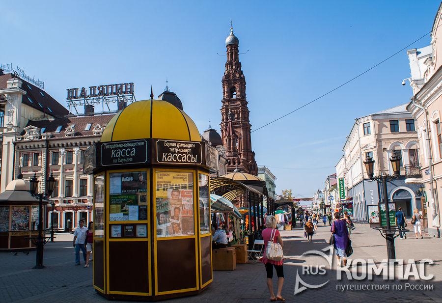 На заднем плане колокольня Богоявленского собора