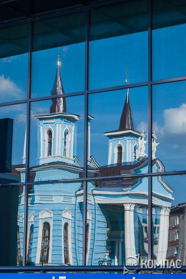 Храм Воздвижения Святого Креста в отражении