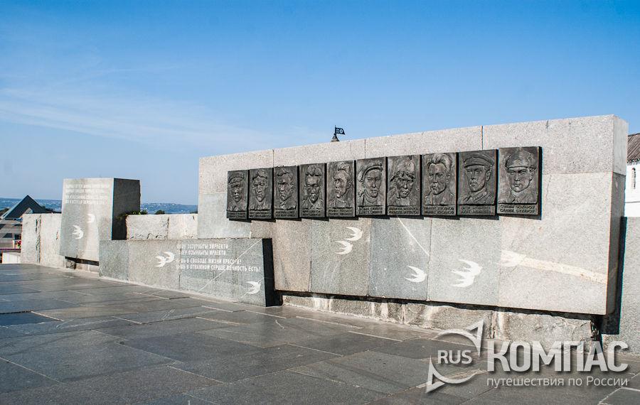"""Барельеф в память о """"группе Курмашева"""""""