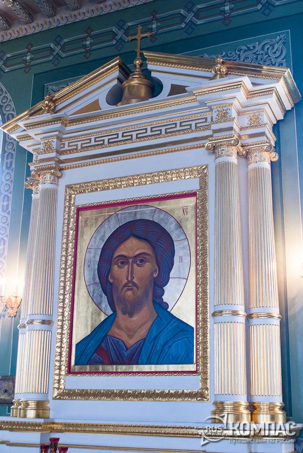 Киот с иконой в интерьере Благовещенского собора