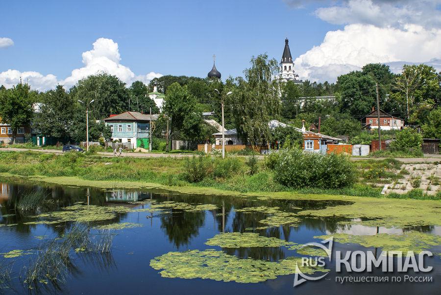 Запруда на реке Серая, вид на монастырь