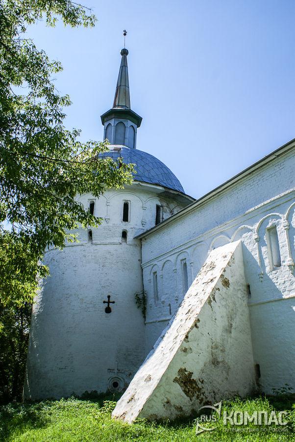 Одна из башен Успенского монастыря