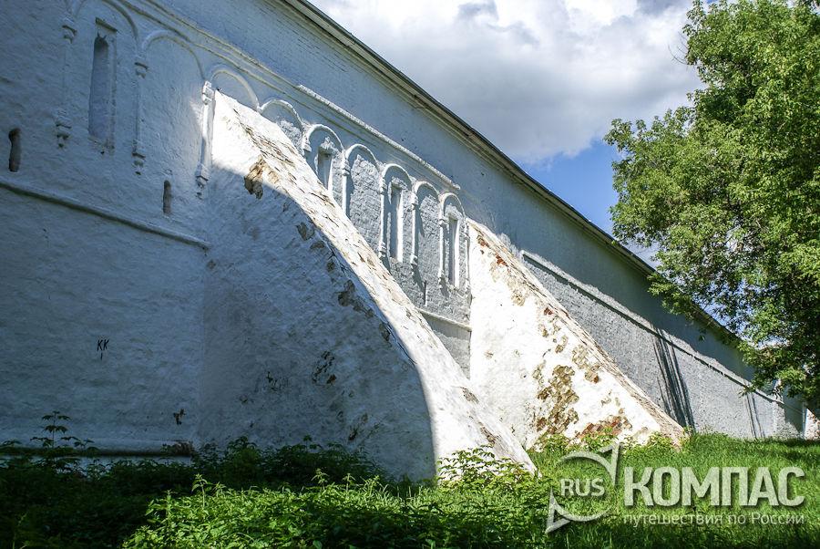 Стена с подпорками Успенского монастыря