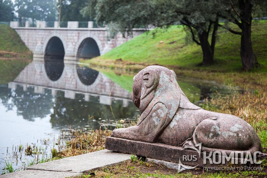 Парковый лев смотрит на Мариентальский пруд