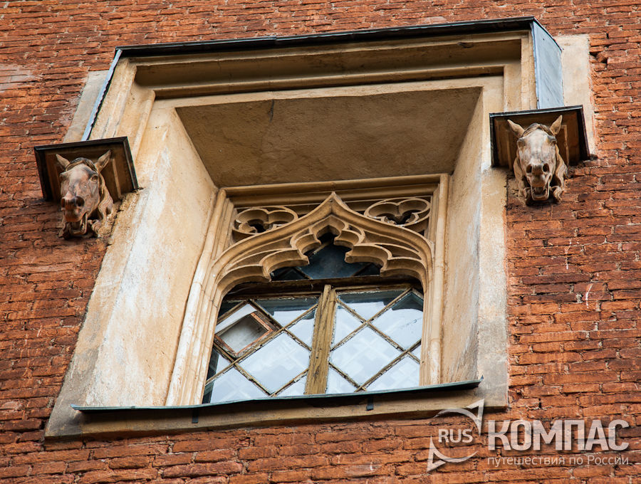 Окно корпуса императорских конюшен