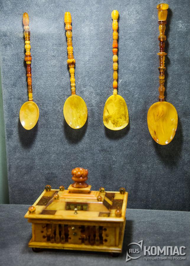 Ложки и шкатулка из янтаря