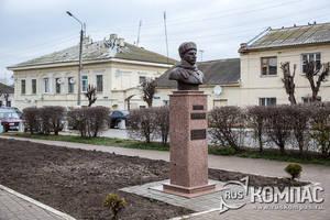 Памятник генералу Ефремову