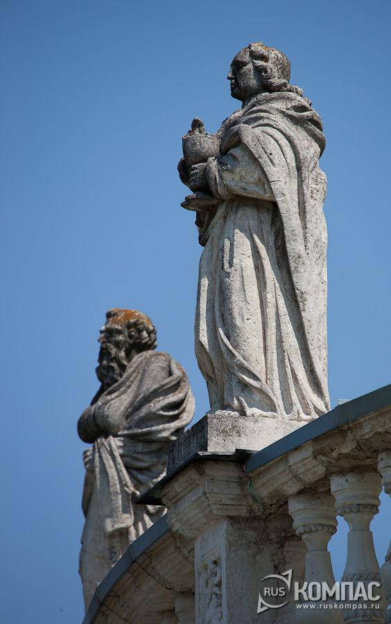 Скульптура апостола Иоанна на балюстраде церкви Рождества Богородицы