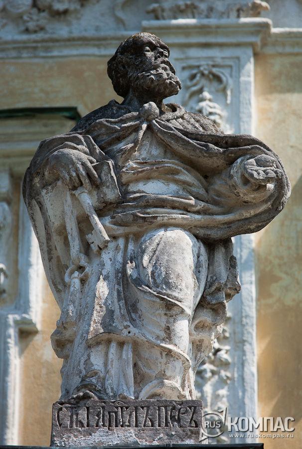 Скульптура апостола Петра на на балюстраде церкви Рождества Богородицы