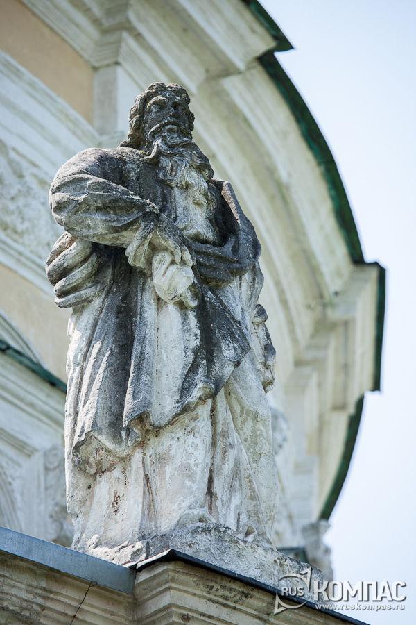 Скульптура апостола на балюстраде храма