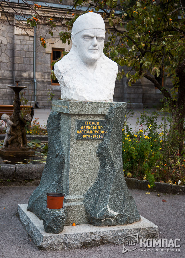 Бюст Александра Александровича Егорова во дворе винзавода